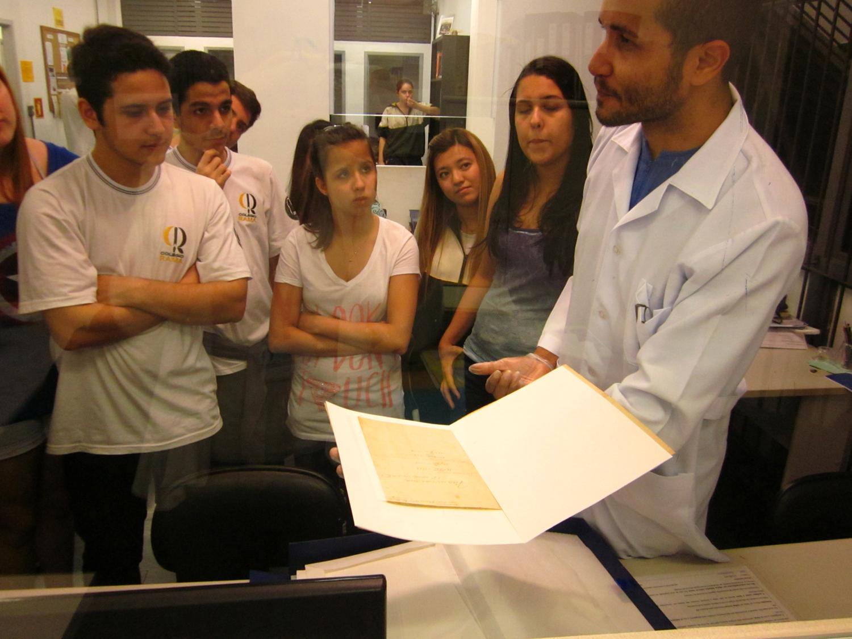"""IEB E EDUCAÇÂO: Em 11/09/2013, estudantes e professores do Colégio Rama visitaram ao IEB, onde entraram em contato seu com valioso acervo. Os alunos se surpreenderam e """"voltaram muito impressionados com as pesquisas e estruturas da USP""""."""